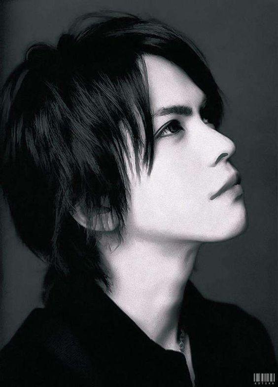 黒髪ショートヘアーで横顔のL'Arc〜en〜Ciel・hydeの画像