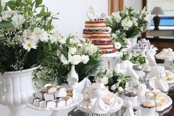 Decoração batizado, batizado de menino, assessoria de eventos, decoração de mesa, festa, decoração de mesa utilizando o branco, anjos, flores, naked cake