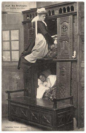 Bretagne - Double lit clos et bigoudène en tenue traditionnelle.