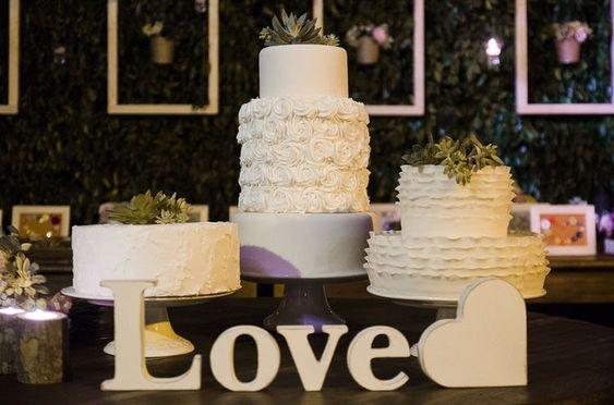 Pra quem tá com saudade dos casamentos... 3 bolos lindos e especiais, decorados pelo nosso parceiro de bolos fofinhos e gostosos: @honeycakesoficia 🍰 . Decoração: @nubiadeleo . #comamorveredas #veredasépracasar #casandonagraminha #casamentonocampo #casamentoaoarlivre #casamentocompersonalidade #criarveredas ⠀  #casamentos #casamento #honeycakesoficial #floresnaturais #casamentorj #encontrandoideias #mamaefesteira #cakewedding #15anos