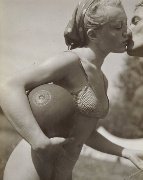 """""""Le baiser"""", 1936, de Pierre Boucher. http://semioticas1.blogspot.com.br/2012/01/homens-ilustres.html"""