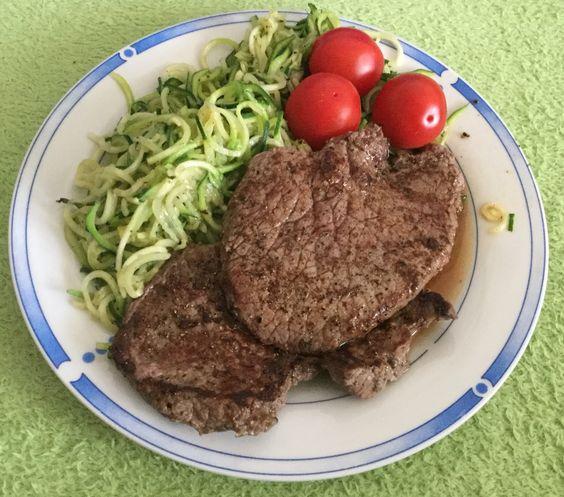 Steak mit Zucchininudeln