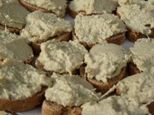 Pour 300g d'artichaunade: - 250g de coeur d'artichauts en boîte - 2 cuillères à soupe d'huile d'olive - 1 cuillère à soupe de vinaigre balsamique - 1 gousse d'ail - 10 câpres - du basilic frais - sel, poivre Mixer les coeurs d'artichauts avec l'huile,...