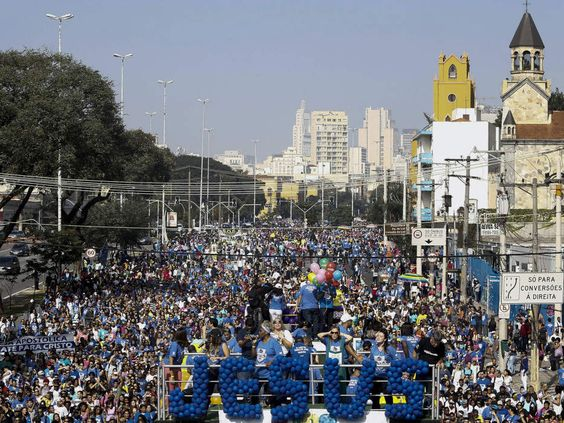 """Milhares de pessoas participam da Marcha para Jesus, em São Paulo, com o tema """"Exaltando o Rei dos Reis"""""""