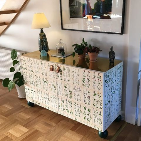New week, new upcycling possibilities! Can you imagine this is actually an Ikea Bestå cabinet? ✨Recipe: add a brass top, wallpaper it with #nordensflora,new handles and last but not least-our Otto pegs in forrest green. And voilà - best #ikeahack ever?! Well done @christinajohard and thank you for sharing 😍👏👍👌#prettypegs #ikeahack #besta #bestå #easydiy #hallway #scandinaviandesign #interiorinspo #hall #furniturelegs