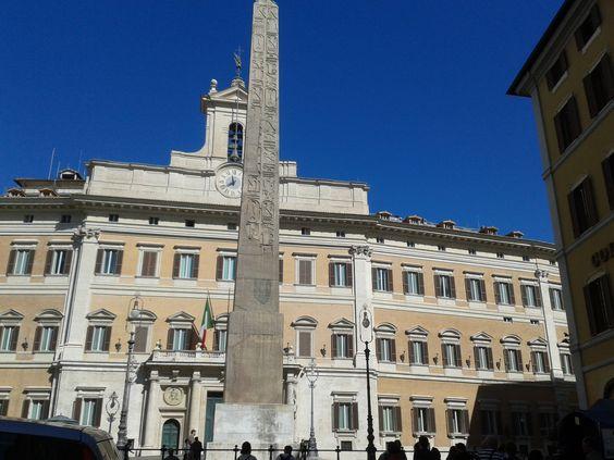 ObeliscoSolare, erigido por el faraón Psamético II, se encuentra en Piazza di Montecitorio, Roma.  Augusto lo llevó a Roma en 10 a. C. con el obelisco Flaminio para formar el gnomon de un reloj de sol en el Campo de Marte. Encontrado en el siglo XVI pero vuelto a enterrar. Redescubierto y erigido por el papa Pío VI en frente del Palazzo Montecitorio en 1792.