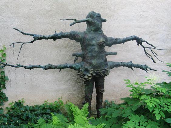 """Laura Ford Espaliered woman III"""" 2011 (170x290x33; Bronzeguss) ausgestellt auf der BUGA 2011 in Koblenz, Leihgabe Galerie Scheffel, Bad Homburg"""