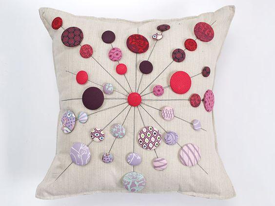 Tula Pink ist berühmt für ihre Stoffdesigns und ihre modernen Quilt-Techniken. Ihre Ideen machen großen Spaß, so wie zum Beispiel diese Anleitung für ein Lollipop-Kissen. Diese kleinen Lutscher sind so süß, sie könnten Dir fast wirkliche Zahnschmerzen geben.