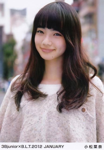 にっこりと微笑む小松菜奈