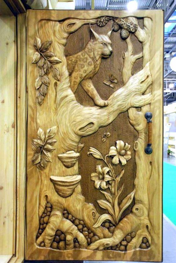 оформление входной двери резьбой по дереву