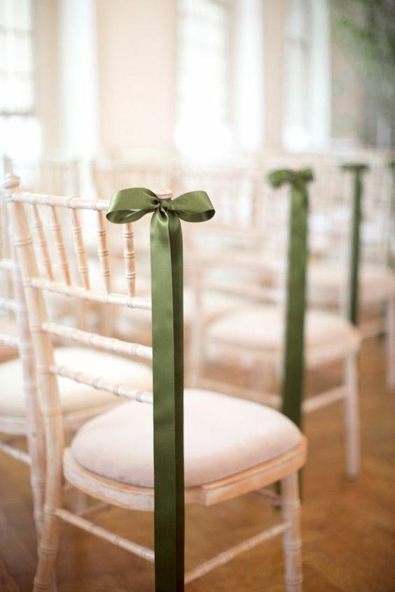 un élégant ruban vert pour décorer les chaises de mariage