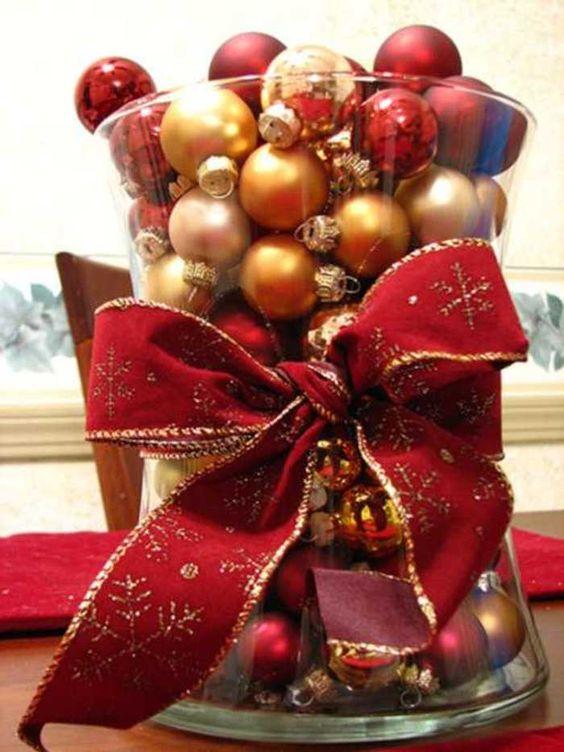 centro-de-mesa-navidad-bolas-jarron-cristal-cinta                              …