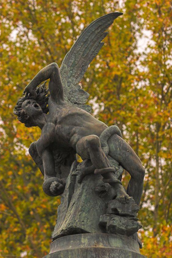 Escultura del Ángel Caído en el parque del Retiro de Madrid, obra de Ricardo Bellver