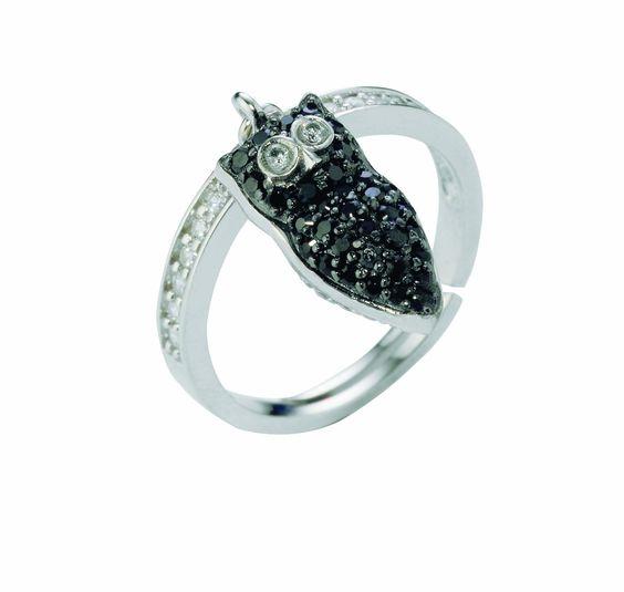 Anello con gufo pendente in argento con zirconi neri firmato da Renato Giannotti.  #portafortuna #simboli #saggezza