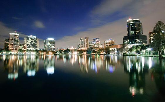 Vista de la ciudad de #Orlando en la noche. Orlando es la ciudad en la #Florida y también un popular destino turístico.