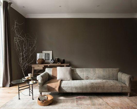 Le choix de votre sol est primordial si vous voulez donner à votre intérieur un style ethnique chic. Exit les carrelages clairs et les parquets en bois blancs, préférez des teintes sombres et brutes, qui donneront un vrai cachet à la pièce. Le must, c'est un parquet en bois sombre naturel, qui vous permettra de jouer ensuite sur du mobilier aux couleurs plus claires.