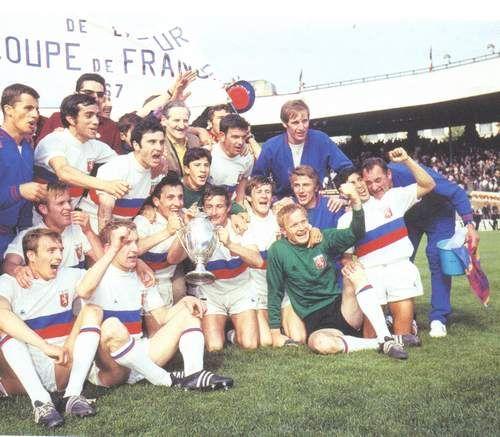 Scènes de joie, l'OL vient de remporter sa 2ème coupe de France en 1967, en battant Sochaux en finale