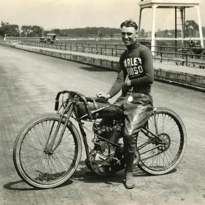 1921 - JIM DAVIS E SUA FAMOSA HARLEY-DAVIDSON: Campeão desde os 19 anos, Jim Davis se destacava em pistas e circuitos ovais de terra. Correu representando a Harley-Davidson e, posteriormente, a equipe rival. Davis ganhou 21 campeonatos nacionais da AMA (American Motorcyclist Association), além dos mais de 50 títulos pré-AMA. Foi campeão da maioria dos títulos que disputou na década de 20, se tornando uma lenda do motociclismo americano.