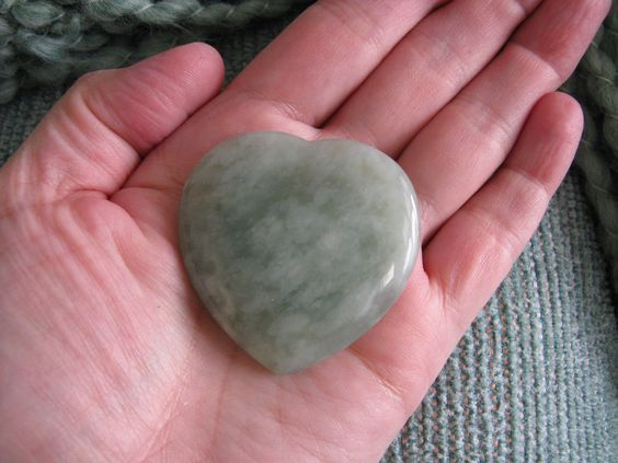 "NEW NATURAL GREEN PREHNITE CRYSTAL ""DREAM STONE"" GEMSTONE HEART PALM STONE--46mm in Collectibles, Rocks, Fossils & Minerals, Crystals & Mineral Specimens 