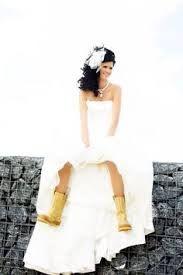 Afbeeldingsresultaat voor trouwjurken met cowboylaarzen