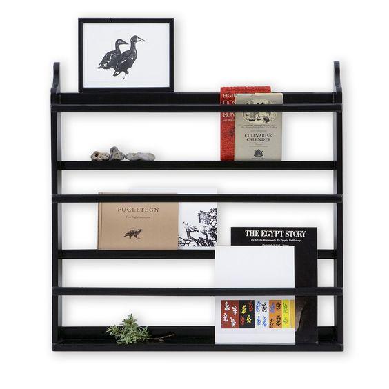 Szafka na książki Seaside to przydatny i ponadczasowy element wyposażenia wnętrz. Wykorzystaj ją do przechowywania książek, rysunków, misiów, butów i delikatnych zabawek w pokoiku twojego dziecka lub umieść ją w kuchni, czy też w pokoju dziennym wypełniając ją talerzami, gazetami i każdym innym drobiazgiem. Szafka z kolekcji Seaside dostępna jest w sprzedaży onlne w kolorze białym, czarnym i szarym.