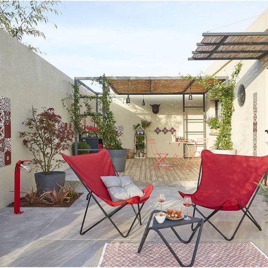 Une Jolie Cour Avec De Belles Touches De Rouge Leroy Merlin En 2020 Decoration Jardin Maison Fauteuil Jardin Mobilier Jardin