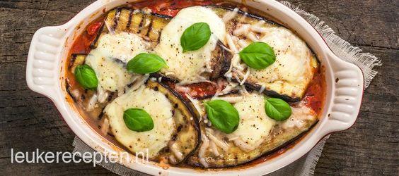 Italiaans vegetarisch gerecht met laagjes gegrilde aubergine, mozzarella, tomatensaus en parmezaanse kaas