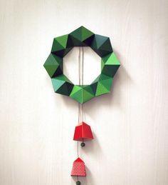 couronne de Noël à fabriquer en pyramides en papier avec cloches