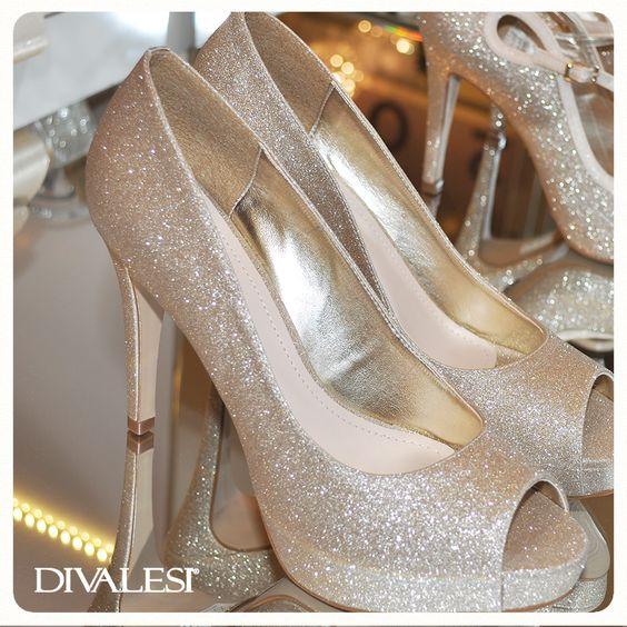 O brilho sempre é tendência, Diva. Arrase com um Divalesi. #shinegold #shoes #divalesi