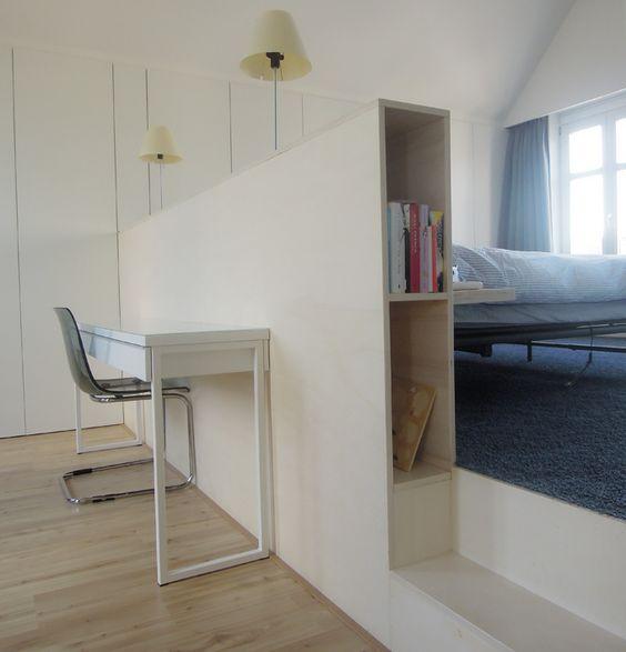 Bureau naast logeerbed gescheiden door kast lage muur for Bed in de muur