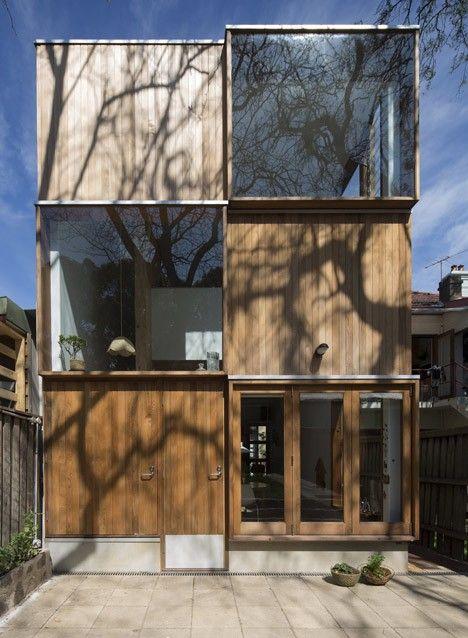 Three by Two House par Panovscott Le bureau d'architecture australien, Panovscott, signe une extension tout à fait originale et très belle de l'extérieur. En effet, sa façade à l'arrière est une alternance de cubes en bois et de cubes en verre, ce qui offre un équilibre de lumière et d'ombre et de vues sur l'extérieur et d'intimité.