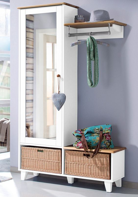 In folgenden Farben erhältlich:  Korpus/Front: blau lackiert, Korpus/Front: weiß lackiert, Korpus/Front: natur gebeizt und lackiert, Farbe Griffe: natur gebeizt und lackiert,  Details:  1 Tür, Tür mit Spiegelfront, Spiegelfläche (B/T/H): ca. 37/130 cm, 1 Ablage, 2 Fächer, Fachmaße (B/T): ca. 50/32/26 cm, Ausziehbare Kleiderstange, 1 Kleiderstange, Pflegeleichte Oberfläche, Höhe der Füße: 10 c...