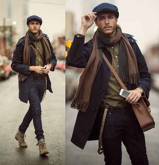 Acheter la tenue sur Lookastic:  https://lookastic.fr/mode-homme/tenues/trench--jean-skinny-bottes--casquette-plate-echarpe-bretelles/4753  — Besace en cuir brune  — Casquette plate bleu marine  — Écharpe brun  — Chemise à manches longues olive  — Trench bleu marine  — Bretelles brun  — Jean skinny noir  — Bottes en daim olive