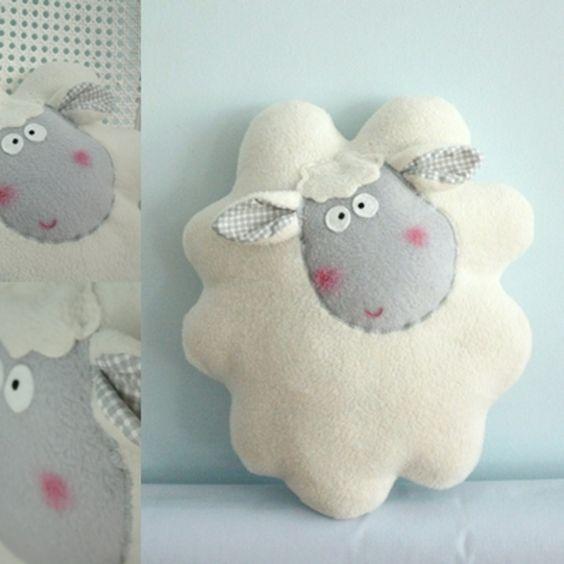 Doudou, Oreiller moutons crémeuse . est une création orginale de Karmelki-by-Ania sur DaWanda