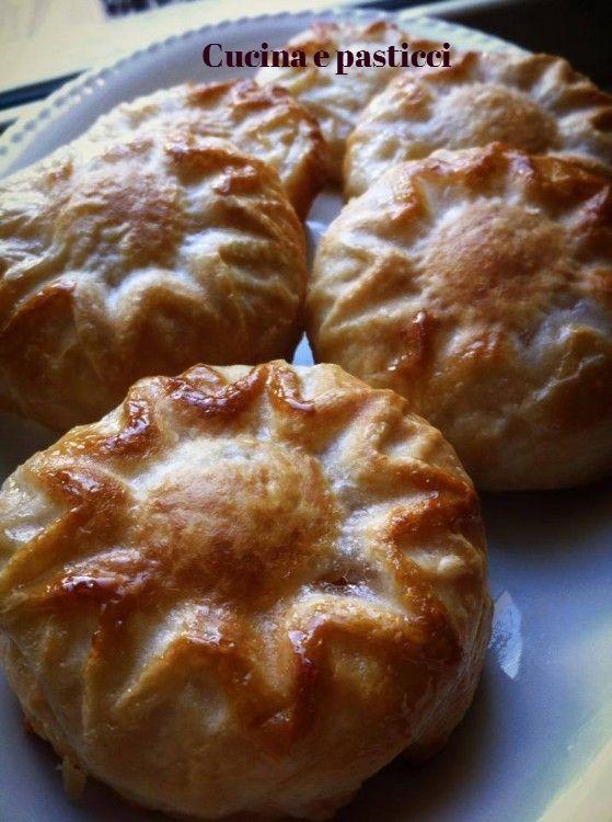 Ingredienti per 6 fagottini 2 rotoli pasta sfoglia 2 mele 3 cucchiai di zucchero cannella Procedimento : Sbucciare le mele, privarle dal torsolo e tagliarl