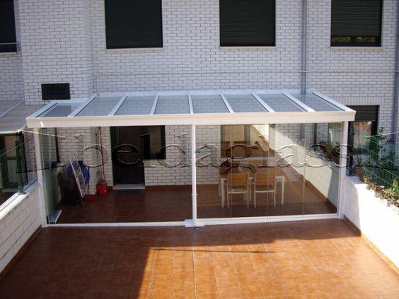 Terraza compuesta por techo y cortinas de cristal for Patios y terrazas