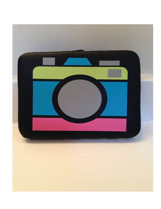 Vintage 1980s Leather Camera Screen Print Design Wallet, With a Kiss-Lock Clasp. This product is in excellent condition.