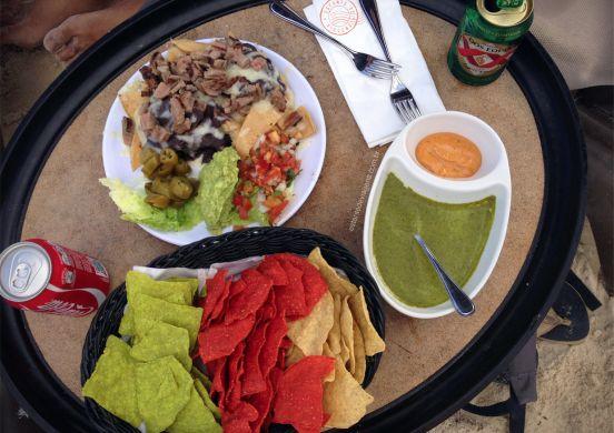 nachos/totopos na praia, com cerveja DosEquis - #estantedeviagens