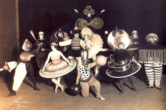 Theaterkostuums - Schlemmer. Acteurs als marionetten. Beperkte bewegingen vloeien voort vanuit de vormen. Triadisch ballet.