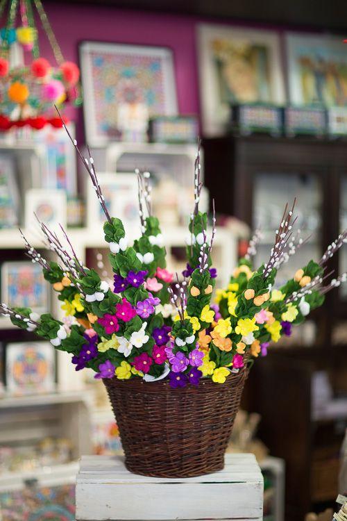 Palma Wielkanocna Zrobiona Z Kolorowej Bibuly I Naturalnych Galazek Palme Wielkanocna Zdobia Dookola Fioletowe Kaczence Easter Diy Flowers Table Decorations