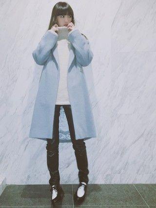 水色のコートを着る鈴木えみ