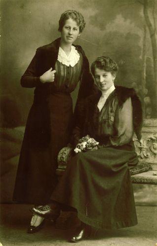 Schwestern im Fotostudio - chroniknet - Private Bilder, Fotos des Jahrhunderts