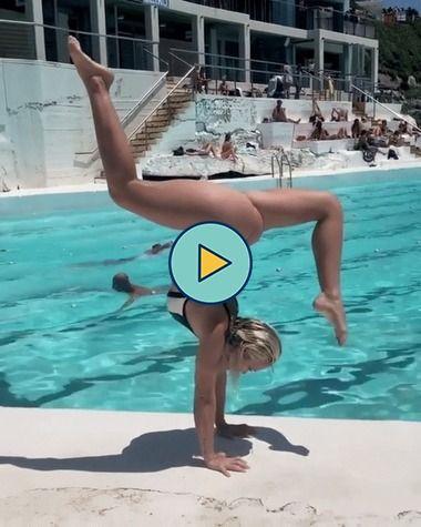 A garota da piscina azul