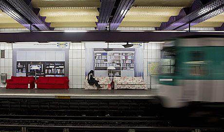 Una mujer espera sentada el vagón de metro en la estación de Concorde.   Efe