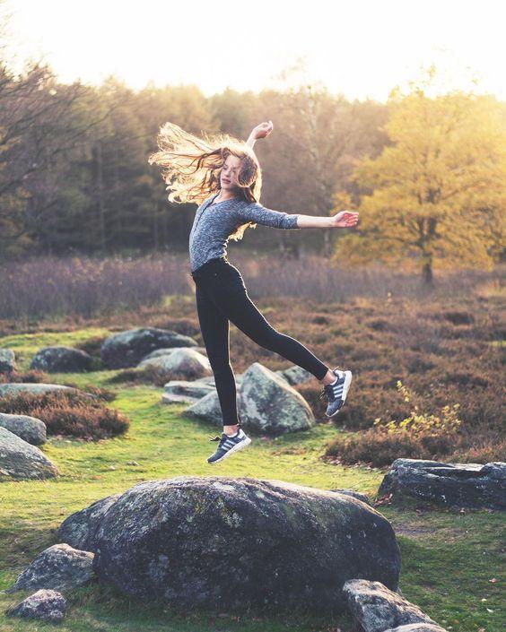 niña saltando