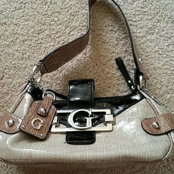 Wednesday only sale Guess patent leather purse Darling Guess patent leather purse! Guess  Bags Shoulder Bags
