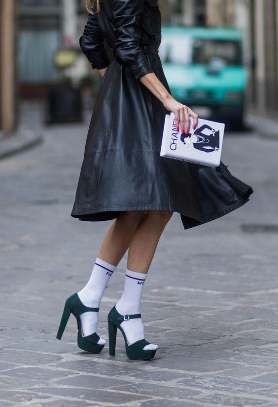 Indossa i calzini corti sportivi con i sandali con plateau e graffia il tuo look con un outfit total black