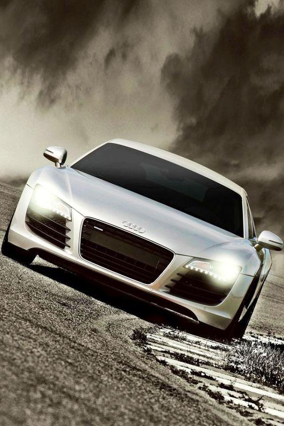Silver #Audi #R8 #Algérie L'Audi R8 coupé. Ses courbes athlétiques sont le signe de ce qu'il y a à l'intérieur : performance pure et équipement explosif.