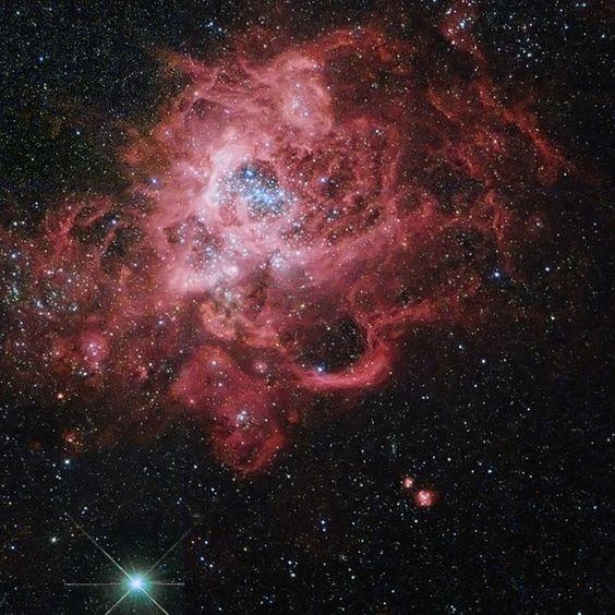 Nebulosa NGC 604 fica a 3 milhões de anos-luz da Terra e contém muitas estrelas ainda jovens (Foto: Nasa)