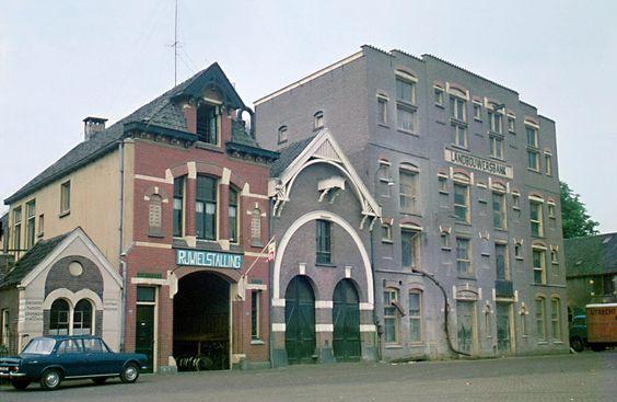 1959. Landbouwersbank aan de haven. Het gebouw stamt uit 1908. De bouwstijl refereert aan die van de spraakmakende Amsterdamse School. Ook de rijwielstalling en de twee panden ernaast tonen een geheel eigen karakter.
